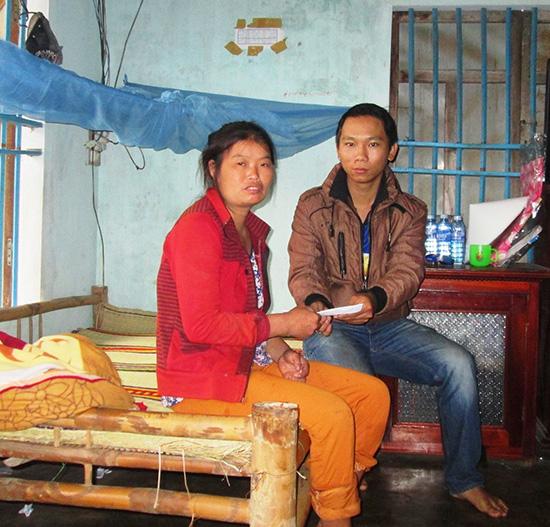 Trao tiền hỗ trợ cho gia đình bà Lê Thị Bé ở thôn Lệ Sơn, xã Duy Nghĩa, huyện Duy Xuyên.