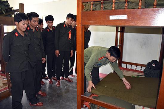 Các chiến sĩ mới được hướng dẫn về điều lệnh nội vụ  trong sinh hoạt đến huấn luyện chuyên môn nghiệp vụ, quân sự, võ thuật…