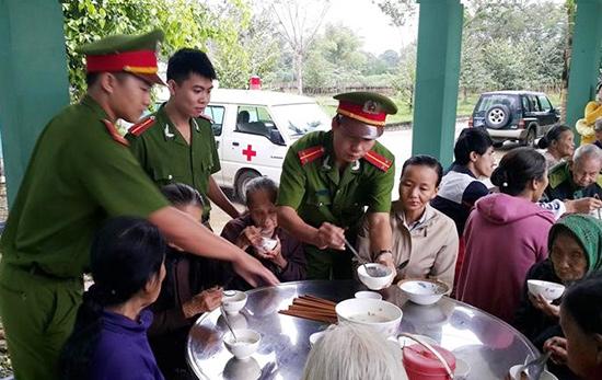 Bát cháo tình thương của đoàn viên thanh niên Công an Phú Ninh làm ấm lòng bệnh nhân đang điều trị tại Trung tâm Y tế huyện. Ảnh VĂN CÔNG