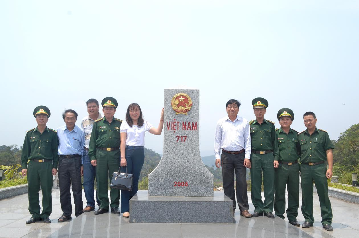 Đoàn công tác thăm cột mốc chủ quyền của Việt Nam nơi tiếp giáp với nước bạn Lào tại cửa khẩu nam Giang