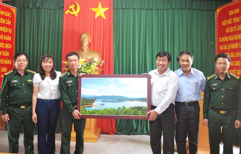 Đoàn công tác tặng quà Đồn Biên phòng cửa khẩu Nam Giang.