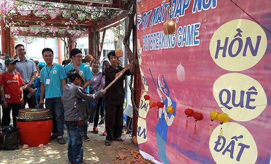 Tham gia trò chơi dân gian tại Ngày hội văn hóa đồng hương Quảng Nam ở Sài Gòn.