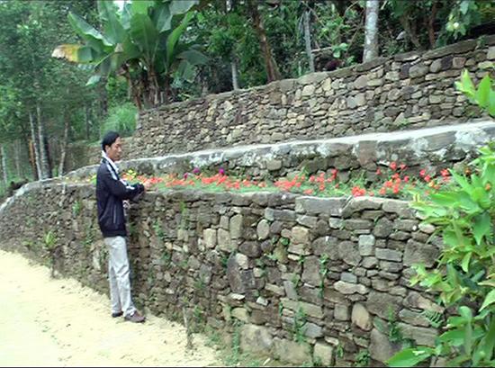 Ngõ đá, nét đặc trưng của vùng quê Tiên Phước đang được huyện khuyến khích tu sửa, phục hồi. Ảnh: P.HOÀNG