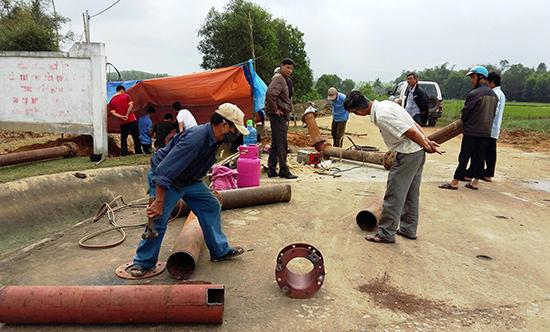Lắp đặt máy bơm dã chiến tại xã Bình Định Bắc (Thăng Bình) để đối phó với hạn trong vụ hè thu sắp tới.Ảnh: VĂN SỰ