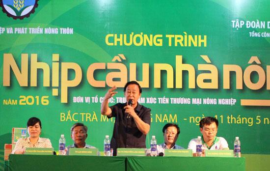 GS-TS. Nguyễn Lân Hùng (đứng) giải đáp, tư vấn cho bà con nông dân Bắc Trà My.  Ảnh: S.H
