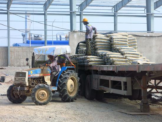 Công nhân khẩn trương thi công các công trình, dự án tại KCN Tam Thăng.