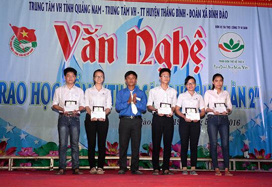 Đoàn xã Bình Đào (Thăng Bình) trao học bổng cho học sinh vượt khó tại chương trình Thắp sáng ước mơ lần II. Ảnh: H.CƯỜNG