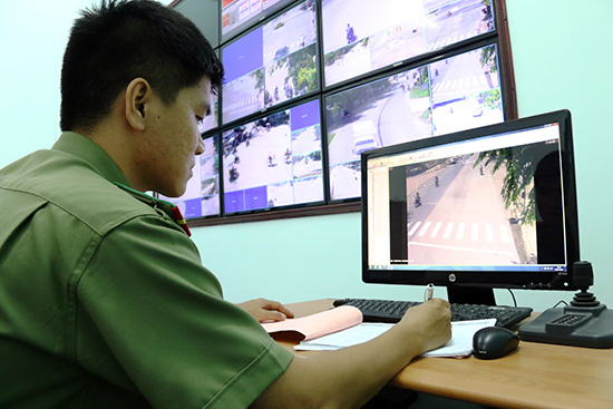 Dữ liệu hình ảnh do hệ thống camera an ninh công cộng chuyển về Trung tâm chỉ huy thông tin góp phần hiệu quả vào công tác đảm bảo an ninh trật tự, phòng chống tội phạm. Ảnh: THÀNH CÔNG