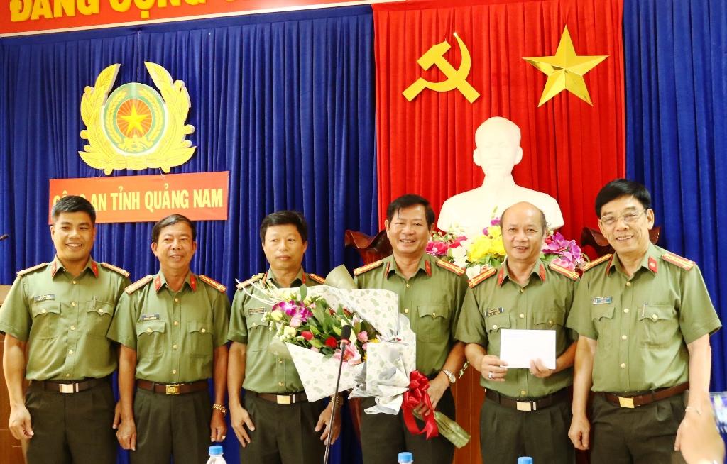 Đại tá Nguyễn Viết Lợi - Giám đốc CA tỉnh biểu dương và thưởng nóng cho ban chuyên án
