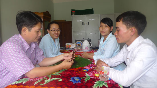 Anh Hồ Văn Chiêu (bên phải) bàn giao mẫu vật từ củ sâm quý cho Trung tâm sâm Ngọc Linh Nam Trà My. Ảnh: HOÀNG THỌ