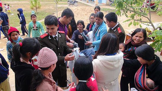 Tuổi trẻ Công an tỉnh tặng áo ấm mùa đông cho đồng bào miền núi. Ảnh: NHƯ Ý