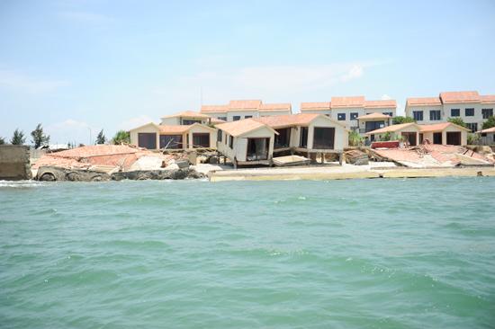 Bãi biển Cửa Đại bị xói lở làm ảnh hưởng ngiêm trọng đến du lịch. Ảnh MINH HẢI