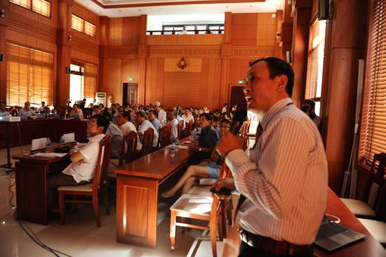 Phó GS, TS Nguyễn Trung Việt, phó chủ nghiệm đề tài ngiên cứu đưa ra những phương pháp khoa học để tìm ra biện pháp, nguyên nhân xói lở. Ảnh MINH HẢI