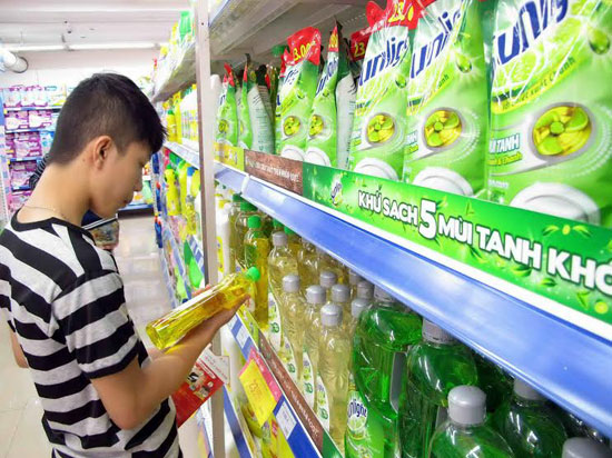 Người tiêu dùng nên lựa chọn các loại nước rửa chén có thương hiệu để đảm bảo sức khỏe. Ảnh: P.A