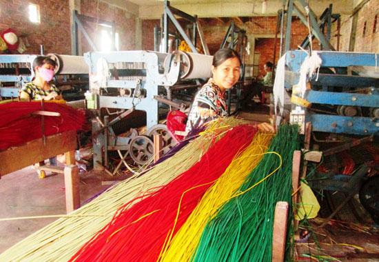 Người dân làng nghề chiếu cói Bàn Thạch dệt chiếu bằng máy móc hiện đại. Ảnh: HOÀI NHI