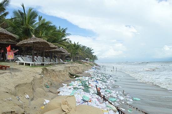 Trong vòng 10 năm trở lại đây bờ biển Cửa Đại bị xói lở nghiêm trọng.