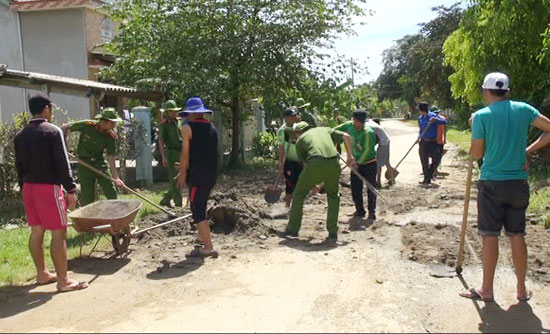 Tuổi trẻ Công an tỉnh trong đợt tình nguyện cùng một số đơn vị tại xã Trà Dương.