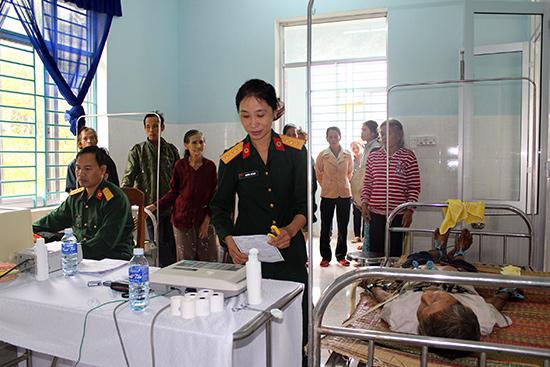 Bệnh xá CK42 khám bệnh cho người dân xã Trà Tân, huyện Bắc Trà My.Ảnh: TUẤN ANH