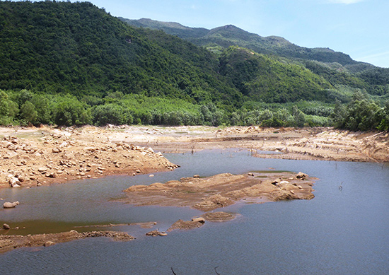 Hiện nay, hồ Suối Tiên đã gần xuống mực nước chết.Ảnh: VĂN SỰ
