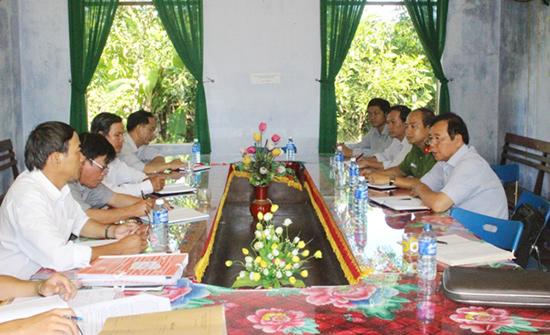 Bí thư Huyện ủy Phú Ninh - Nguyễn Cảnh (ngoài cùng, bên phải) trong một buổi làm việc với tổ chức đảng ở cơ sở. Ảnh: P.A