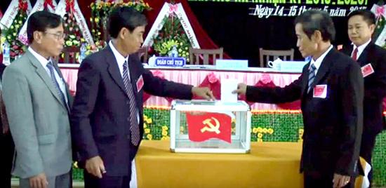 Bỏ phiếu bầu Ban Chấp hành tại Đại hội đại biểu Đảng bộ xã Đại Nghĩa lần thứ XX, nhiệm kỳ 2015-2020. Ảnh: T.S