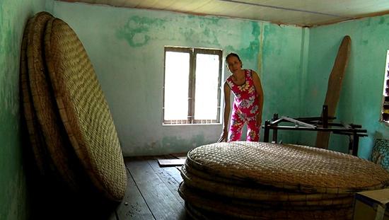 Những dụng cụ nuôi tằm ở làng Đại Bình nay đã bị phủ bụi.