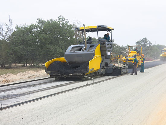 Các dự án xây dựng cơ sở hạ tầng đang được triển khai tạo điều kiện để Quảng Nam thu hút đầu tư. TRONG ẢNH: Thi công tuyến đường ven biển. Ảnh: T.D