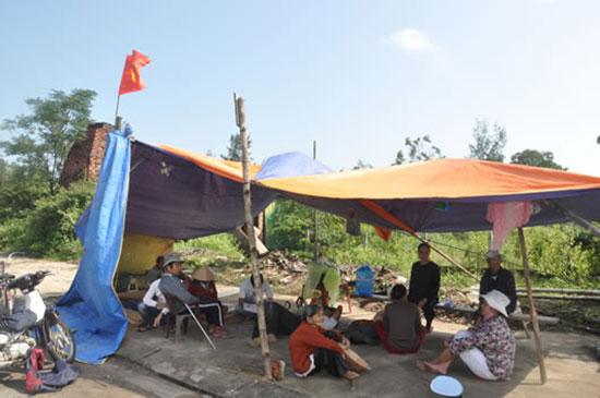Người dân dựng lều phản đối trước Nhà máy sản xuất thép Việt - Pháp gây ô nhiễm hồi cuối năm 2014. Ảnh: T.T
