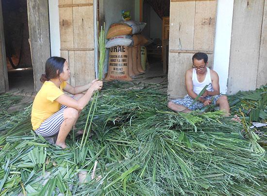 Vợ chồng anh Nguyễn Hoài đang làm chổi kè.