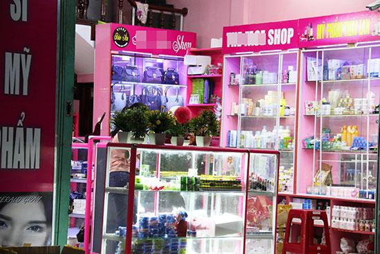 Một cửa hàng bán mỹ phẩm bày bán hàng Thái Lan tại đường Hùng Vương - TP.Tam Kỳ. Ảnh: KIỀU LY