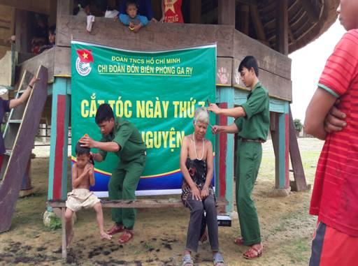Chi đoàn Đồn Biên phòng Ga Ry, Nam Giang cắt tóc cho người dân