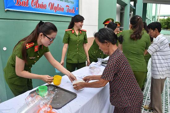 Hội phụ nữ cơ sở Cảnh sát điều tra phát cháo cho bệnh nhân tại Bệnh viện đa khoa Quảng Nam. Ảnh: LÊ HÒA