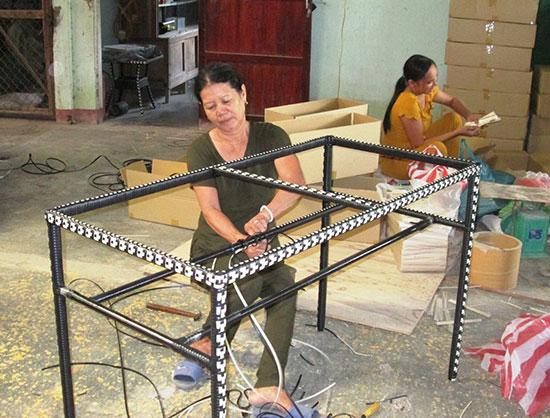 Nhờ cơ sở sản xuất mây tre đan hoạt động hiệu quả nên đơn vị có nguồn thu lớn và tạo việc làm ổn định cho 40 lao động. Ảnh: MAI NHI