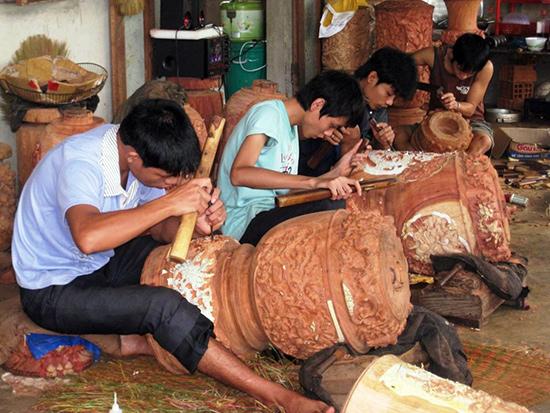 Học nghề mộc ở làng Kim Bồng.Ảnh: SONG ANH