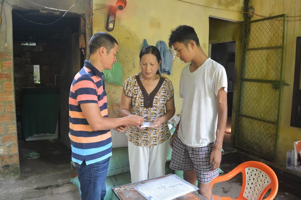 Bá Hải Bùi tặng 1 triệu đồng cho gia đình bà Kiều Thị Vui (thôn An Tây, xã Tam Quang, huyện Núi Thành).