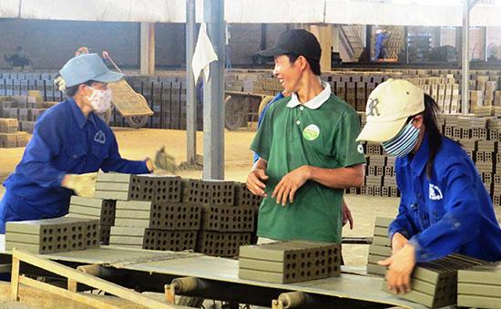 Nhà máy gạch tuynel là thế mạnh của HTX DVNN&KDTH Đại Hiệp. Ảnh: H.Liên