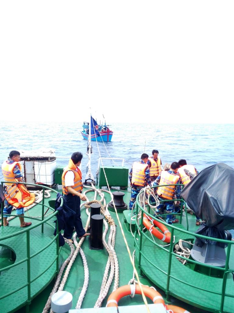 Tàu CSB 2016 lai dắt tàu cá gặp nạn vào bờ. Ảnh: NHÂN HẬU