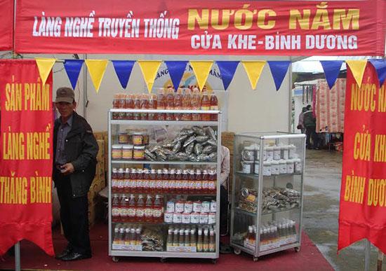 Giới thiệu thương hiệu nước mắm Cửa Khe tại hội chợ Xuân Quảng Nam - 2016. Ảnh: C.T.A