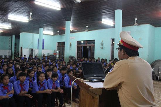 Trung tá Đinh Minh tuyên truyền Luật giao thông đường bộ cho học sinh Trường PTDTNT huyện.Ảnh : Đ.HIỆP