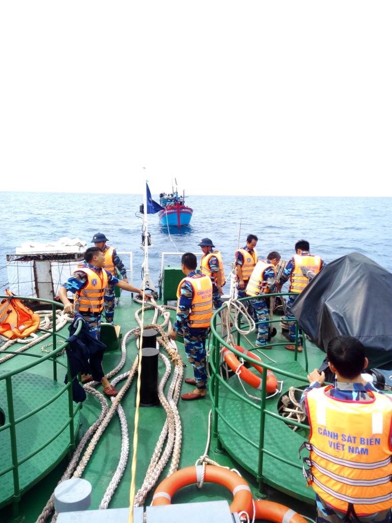Tàu 9002, lai dắt tàu ĐNa 0494 vào bờ. Ảnh: Cảnh sát biển cung cấp