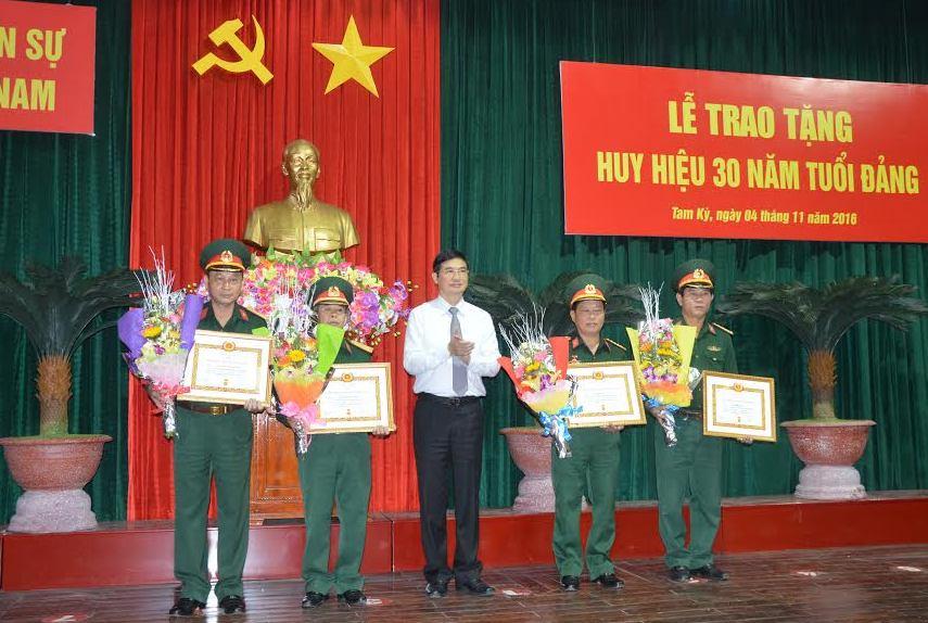 Bí thư Tỉnh ủy Nguyễn Ngọc Quang chúc mừng 4 đảng viên được nhận huy hiệu 30 năm tuổi Đảng.