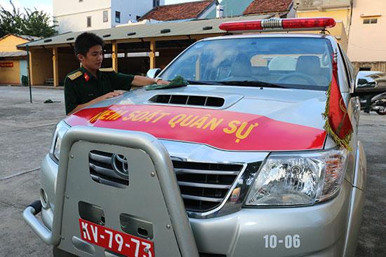 Thiếu úy Phạm Phương kiểm ra xe trước khi thực hiện nhiệm vụ.  Ảnh: V.H