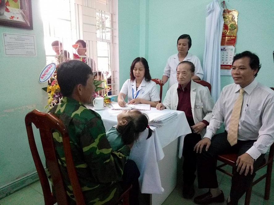 GS.BS Nguyễn Tài Thu - Chủ tịch hội cứu trợ trẻ em tàn tật Việt Nam trực tiếp khám, chữa bệnh cho các em.