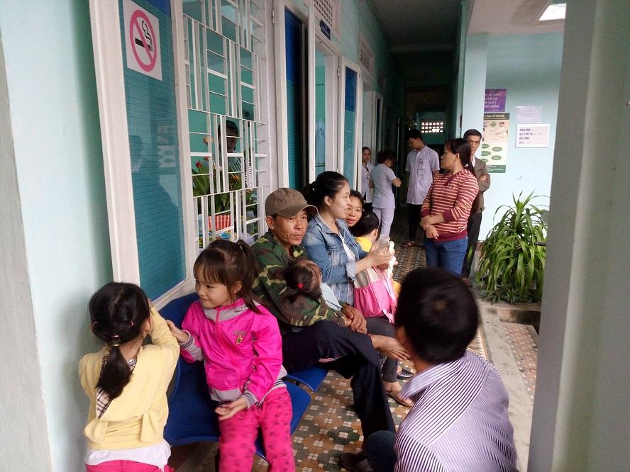 Nhiều gia đình ở Quảng Nam đưa trẻ đến bệnh viện Y học cổ truyền Đà Nẵng để được điều trị miễn phí.