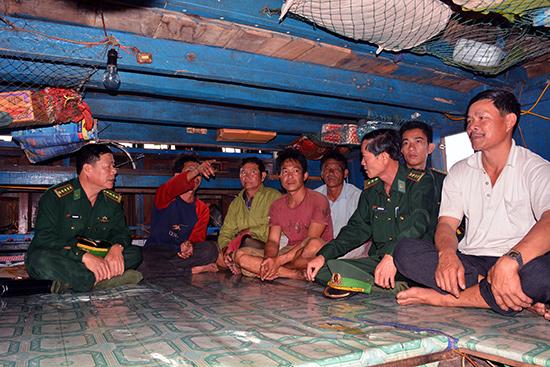 Đại tá Văn Ngọc Quế (bìa trái) - Chính ủy Bộ đội Biên phòng tỉnh thăm hỏi, động viên ngư dân có tàu bị tàu nước ngoài đâm va.