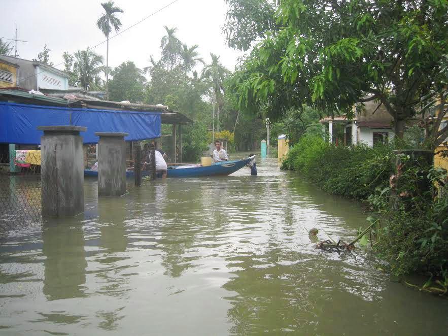 Nhiều vùng tại Núi Thành bị ngập sâu. Ảnh: VĂN PHIN