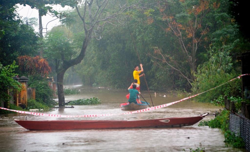 Đợt mưa lũ vừa rồi làm nhiều tuyến đường, nhất là tuyến đường nông thôn bị ngập, giao thông bị tê liệt. (Ảnh chụp sáng ngày 3.12 tại tuyến đường ĐT 615 đoạn qua thôn Vĩnh Bình, xã Tam Thăng, thành phố Tam Kỳ). Ảnh: XUÂN THỌ