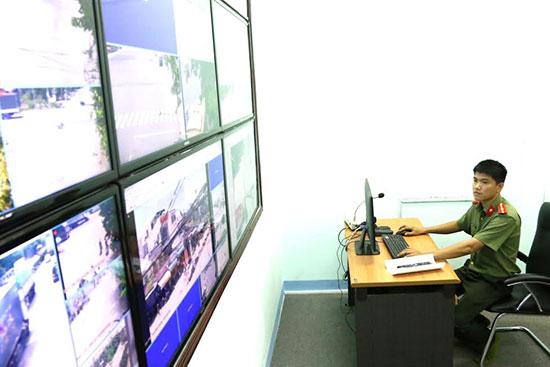Hệ thống camera giám sát an ninh giúp Công an Tam Kỳ kịp thời phát hiện, xử lý vi phạm, ngăn ngừa tội phạm thời điểm cuối năm. Ảnh: THÀNH CÔNG