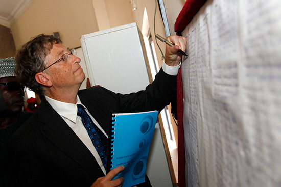 Bill Gates cầm bút tay trái.Nguồn: Internet