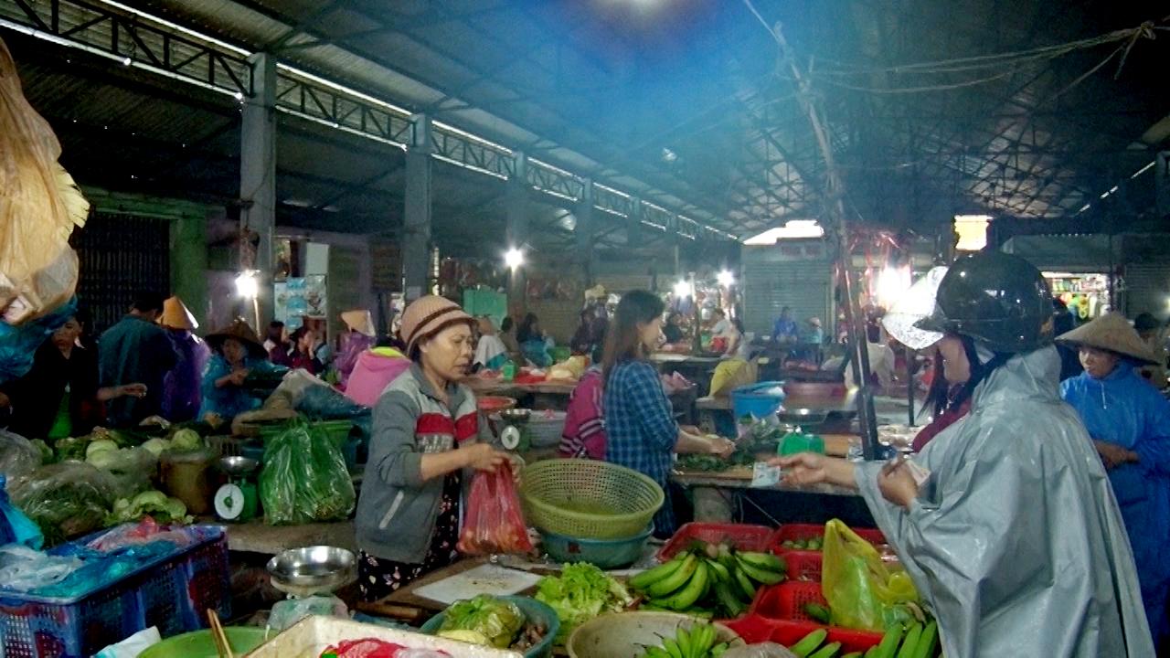 Dù giá cả thực phẩm rất đắt đỏ nhưng nhiều người vẫn chấp nhận mua. Ảnh: VINH PHƯƠNG